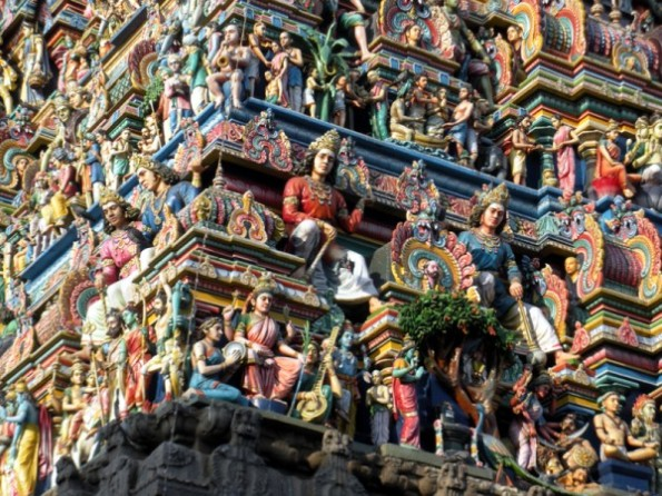 சிற்பங்கள் நிறைந்த கோபுரம்